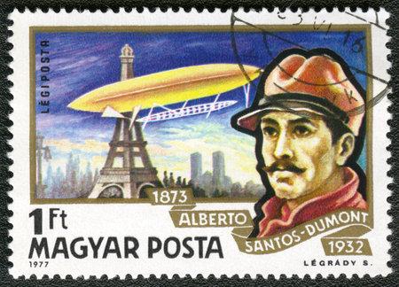 alberto: Hungr�a - CIRCA 1977: Un sello impreso en Hungr�a, muestra Alberto Santos-Dumont y dirigible, volando alrededor de la Torre Eiffel, alrededor del a�o 1977