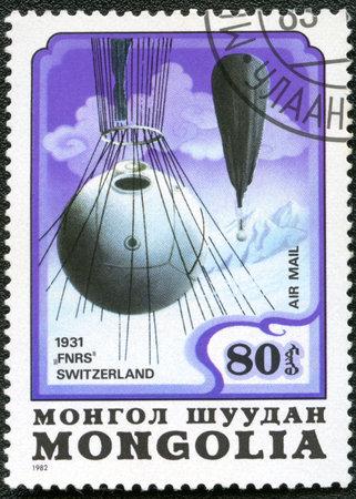 estratosfera: MONGOLIA - CIRCA 1982: A stamp printed in Mongolia shows stratosphere balloon