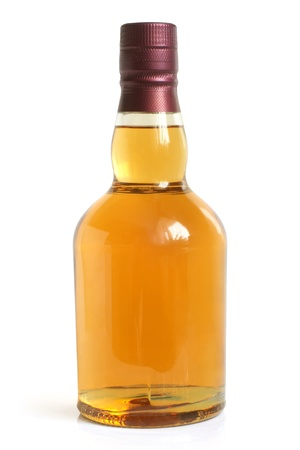 whiskey bottle: Botella de bebida alcoh�lica en un fondo blanco