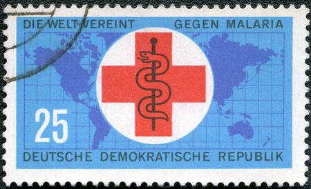 esculapio: Alemania - CIRCA 1963 Un sello impreso en Alemania muestra el mapa, la cruz y el personal de Esculapio, series