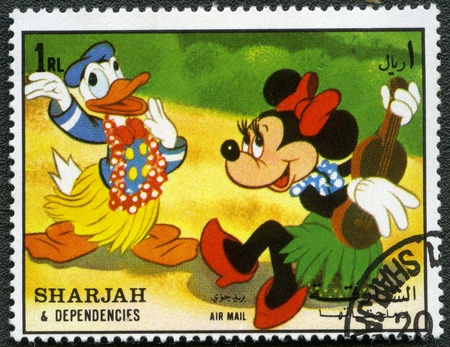 SHARJAH y sus dependencias - CIRCA 1972: Un sello impreso por Sharjah y Dependencias dedicado cincuenta a�os de los personajes de Walt Disney de dibujos animados, muestra el Pato Donald y Minnie, serie, alrededor del a�o 1972