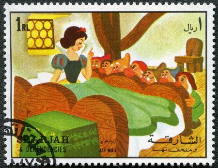 enano: SHARJAH y sus dependencias - CIRCA 1972: Un sello impreso por Sharjah y Dependencias dedicado cincuenta a�os de los personajes de Walt Disney de dibujos animados, muestra de Blanca Nieves y los siete enanitos, serie, alrededor del a�o 1972 Editorial