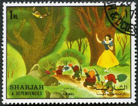 enano: SHARJAH y sus dependencias - CIRCA 1972: Un sello impreso por Sharjah y Dependencias dedicado cincuenta años de los personajes de Walt Disney de dibujos animados, muestra de Blanca Nieves y los siete enanitos, serie, alrededor del año 1972 Editorial