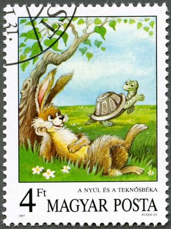 hare: Hungr�a - CIRCA 1987: Un sello impreso por Hungr�a muestra la liebre y la tortuga, las f�bulas de Esopo, hadas serie Tales, alrededor del a�o 1987 Foto de archivo