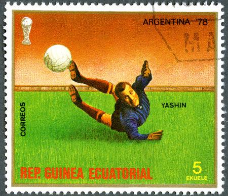 REPUBBLICA DI GUINEA EQUATORIALE - CIRCA 1977: Un timbro stampato nella Repubblica di Guinea equatoriale, dedicato coppa del Mondo Mondiali Calcio, Argentina '78, mostra Yashin, circa 1977 Archivio Fotografico - 13118065