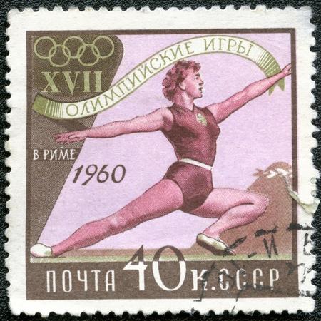 deportes olimpicos: URSS-CIRCA 1960: Un sello impreso en la URSS muestra de gimnasia de las mujeres, se dedican 17 Juegos Olímpicos de Roma, 08.25 a 09.11, alrededor de 1960 Editorial