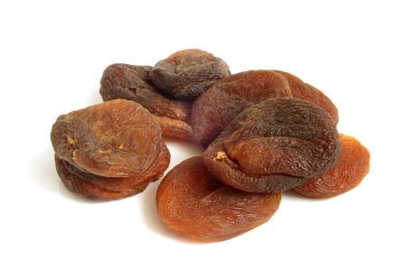 frutas deshidratadas: Orejones sobre un fondo blanco Foto de archivo