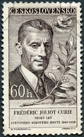 frederic: Checoslovaquia - CIRCA 1959: Un sello impreso en Checoslovaquia muestra Frederic Joliot Curie y el 10 � aniversario del Movimiento por la Paz Mundial, alrededor del a�o 1959 Editorial