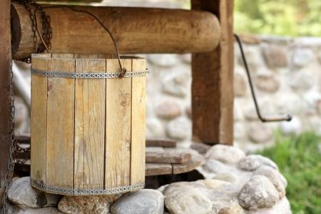 source d eau: Détail de bien dessiner avec seau en bois, une image horizontale