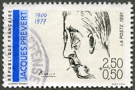 screenwriter: FRANCIA - CIRCA 1991: Un timbro stampato in Francia mostra ritratto di Jacques Prevert (1900-1977) di Pablo Picasso, Poeti serie, circa 1991