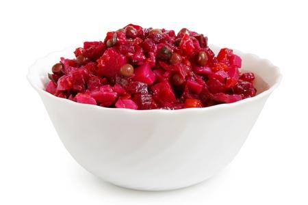 ensalada rusa: Ensalada de remolacha en un recipiente sobre un fondo blanco