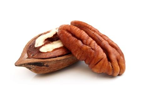 Pecan Nüsse auf einem weißen Hintergrund