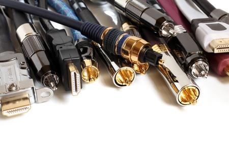 Gruppe von Audio  Video-Kabel auf einem weißen Hintergrund