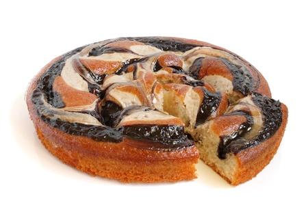 trozo de pastel: Crema pastel de chocolate en un fondo blanco Foto de archivo