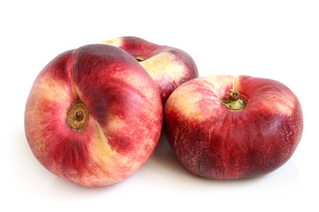Frische flache Pfirsich Früchte auf einem weißen Hintergrund