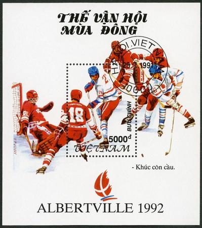 deportes olimpicos: VIETNAM - CIRCA 1991: Un sello impreso en Vietnam muestra Hockey, Juegos Olímpicos de Invierno 1992, Albertville, alrededor del año 1991