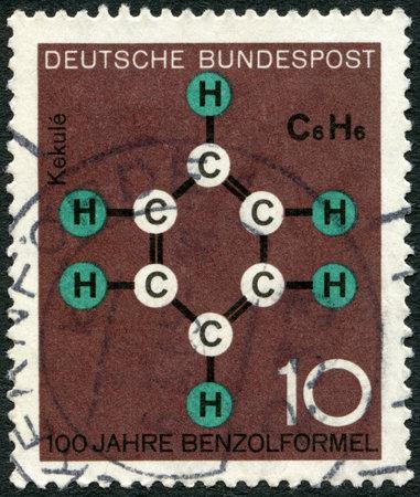 quimica organica: Alemania - CIRCA 1964 Un sello impreso en Alemania muestra un anillo de benceno, Kekulé