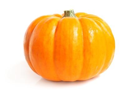calabazas de halloween: Calabaza fresca sobre un fondo blanco