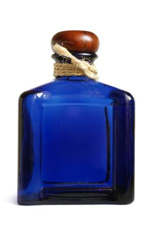 botella de whisky: Botella de bebida alcohólica en un fondo blanco