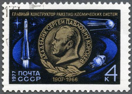 creador: URSS - CIRCA 1977: Un sello impreso en la URSS muestra Sergei Pavlovich Korolev (1907-1966), creador del primer sistema sovi�tico de cohetes espaciales, Vostok Rocket y sat�lite, circa 1977 Editorial