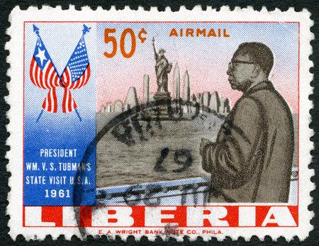 president???s: LIBERIA - CIRCA 1962: Un timbro stampato in Liberia mostra il presidente Tubman (1895-1971), la Statua della Libert�, New York Skyline e bandiere di Stati Uniti e la Liberia, la visita del presidente Tubman negli Stati Uniti nel 1961, circa 1962