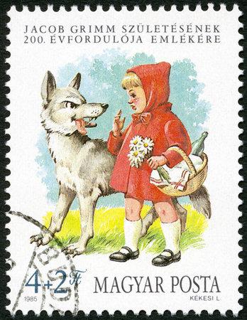caperucita roja: HUNGRÍA - CIRCA 1985: Un sello impreso en Hungría muestra Caperucita Roja y el Lobo, de los hermanos Grimm, Jacob (1785-1863) y Wilhelm (1786-1859) Grimm, fabulistas y filólogos, alrededor de 1985