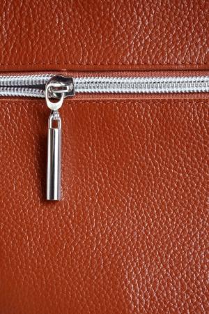 metaal: Bruin leer met rits achtergrond close-up, een verticale foto Stockfoto