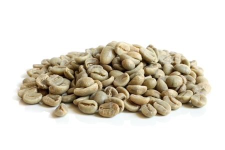 cafe colombiano: Granos de café verde sobre un fondo blanco