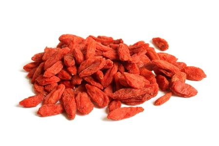 Rote getrocknete Goji-Beeren (Lycium barbarum - Wolfsbeere) auf einem weißen Hintergrund Standard-Bild - 21549631