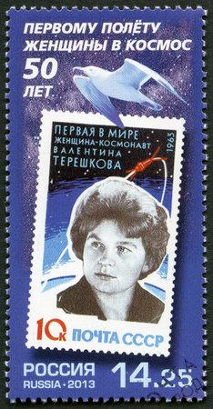 tereshkova: RUSSIA - CIRCA 2013: Un timbro stampato in URSS mostra ritratto di Valentina Vladimirovna Tereshkova, cosmonauta sovietico e ingegnere, intorno al 2013