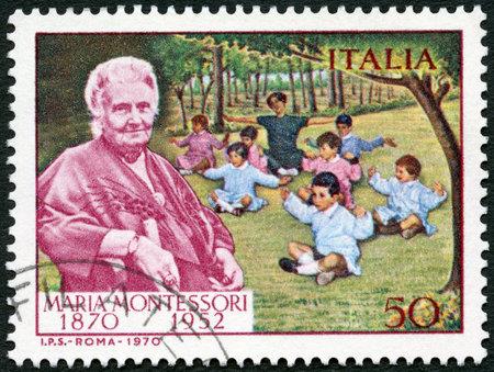ITALIË - CIRCA 1970: Een stempel gedrukt in Italië toont Dr Maria Montessori (1870-1952) en kinderen, circa 1970