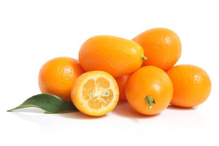Kumquat mit Blatt auf einem weißen Hintergrund Standard-Bild - 23283376