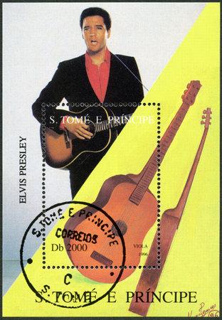 principe: SANTO TOMÉ Y PRÍNCIPE - CIRCA 1996: Un sello impreso en Santo Tomé y Príncipe muestra de Elvis Presley (1935-1977), alrededor de 1996