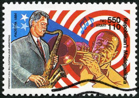 louis armstrong: MALAGASY REPUBLIC - CIRCA 1994: A stamp printed in Malagasy Republic (Madagascar) U.S. president Bill Clinton and Louis Armstrong, circa 1994