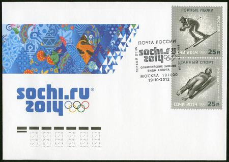 luge: RUSSIA - CIRCA 2012 Un francobollo stampato in Russia mostra XXII Giochi Olimpici Invernali di Sochi 2014, Olimpiadi invernali Sport, sci alpino e slittino, circa 2012