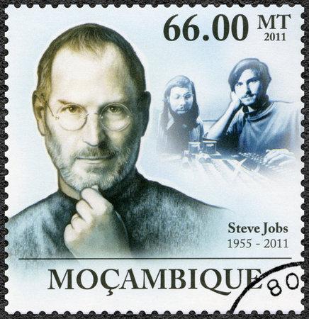 Mosambik - CIRCA 2011: Ein Stempel in Mosambik gedruckt zeigt Porträt von Steve Jobs (1955-2011), circa 2011 Standard-Bild - 28399389