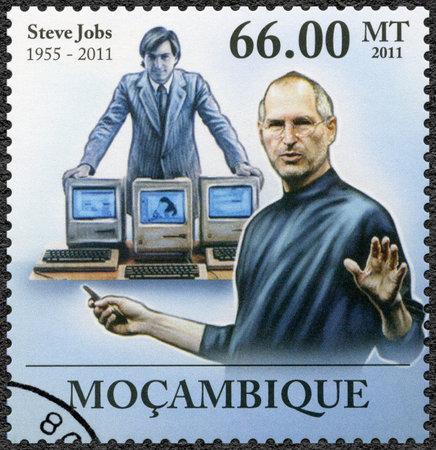 MOSAMBIK - CIRCA 2011: Ein Stempel in Mosambik gedruckt zeigt Porträt von Steve Jobs (1955-2011), circa 2011 Standard-Bild - 28689869