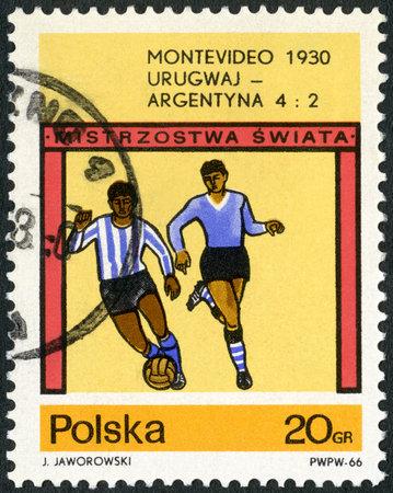 Polonia - alrededor de 1966: Un sello impreso en Polonia muestra partido de fútbol final, Uruguay - Argentina, 4-2, Campeonato Mundial de Fútbol de la Copa, Montevideo, 1930, alrededor del año 1966