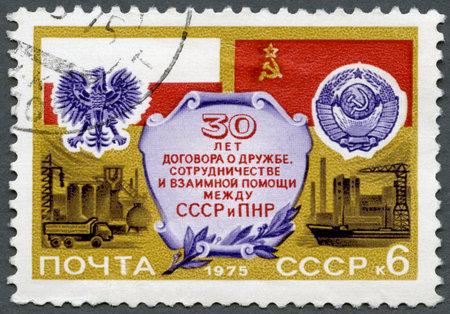 verdrag: USSR - CIRCA 1975: Een stempel gedrukt in de USSR toont Vlaggen en Wapens van Polen en de USSR, Fabrieken, gewijd Verdrag van vriendschap, samenwerking en wederzijdse bijstand tussen Polen en de USSR, 30ste verjaardag, circa 1975