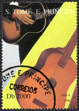 principe: SANTO TOM� Y PR�NCIPE - CIRCA 1996: Un sello impreso en Santo Tom� y Pr�ncipe muestra Elvis Presley (1935-1977), alrededor de 1996