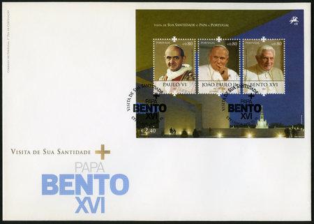 paulus: PORTUGAL - CIRCA 2010: A stamp printed in Portugal shows Benedict XVI of the Roman Catholic Church (1927), Paus Johannes Paulus II (1920-2005), Pope Paul VI (1897-1978), devoted Pope Bento XVI visits Portugal, circa 2010