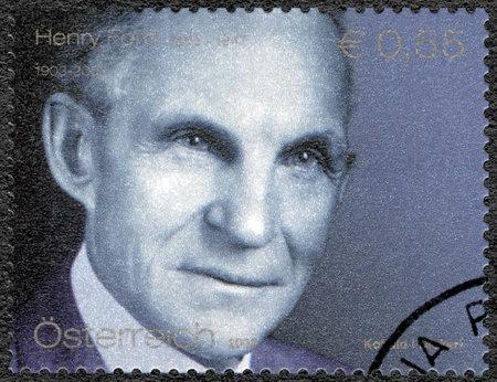 STERREICH - CIRCA 2003: Eine Briefmarke in Österreich gedruckt zeigt Porträt von Henry Ford (1863-1947), Ford Motor Company Jahrhunderts, circa 2003 Standard-Bild - 32416974