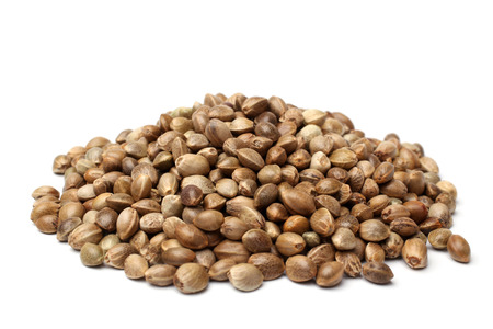 Hoop van hennep zaden op witte backround