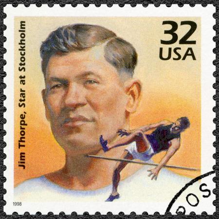 deportes olimpicos: ESTADOS UNIDOS DE AMERICA - CIRCA 1998: Un sello impreso en los EE.UU. muestra Jim Thorpe gana decatlón en los Juegos Olímpicos de Estocolmo, 1912, serie celebrar el siglo, década de 1910, alrededor del año 1998