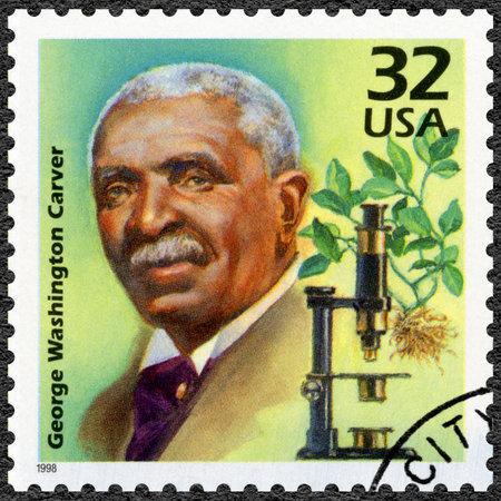 UNITED STATES OF AMERICA - CIRCA 1998: Eine Briefmarke in den USA gedruckt zeigt George Washington Carver, Serie Feiern Sie das Jahrhundert, 1910, circa 1998 Standard-Bild - 37952211