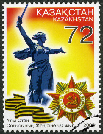 orden: KAZAKHSTAN - CIRCA 2005: A stamp printed in Kazakhstan shows the sculpture Motherland and the Order of the Patriotic War, End of World War II, 60th, circa 2005 Editorial
