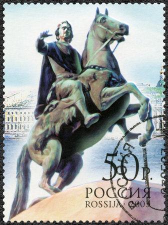 uomo a cavallo: RUSSIA - CIRCA 2003: Un timbro stampato in Russia mostra Statua Cavaliere di bronzo di Pietro il Grande, i 300 anni di San Pietroburgo, circa 2003