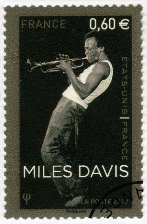 dewey: FRANCIA - CIRCA 2012: Un timbro stampato in Francia mostra Miles Dewey Davis III (1926-1991), musicista jazz e il trombettista, circa 2012 Editoriali