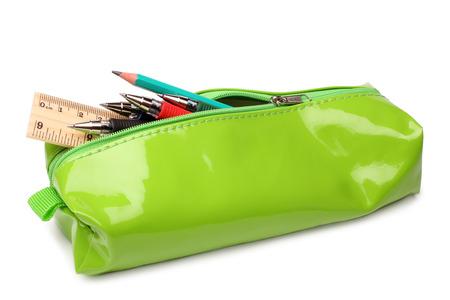 Plumier avec des fournitures scolaires sur fond blanc
