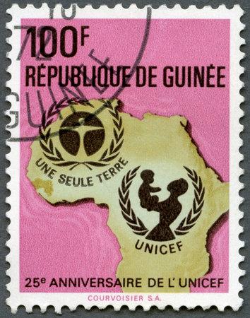 unicef: GUINEA - CIRCA 1971: Un timbro stampato nella Repubblica di Guinea mostra UNICEF Emblem, Mappa di Africa, 25 ° anniversario della serie, circa 1971